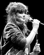 Linda Ronstadt UNSIGNED photo - K9126 - GORGEOUS!!!!