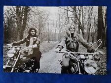 PHOTO VINTAGE - BRIGITTE BARDOT A MOTO 1973 - M PIQUEMAL FRANCE MATCH - TOP !