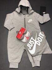 Nuevo Nike Air Bebé Chicos 3-pc Conjunto de Regalo: Mono, BABERO & BOTINES 0-6 meses gris.