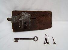 ancienne grande serrure 18 eme gâche de porte en bois et fer avec sa clé déco