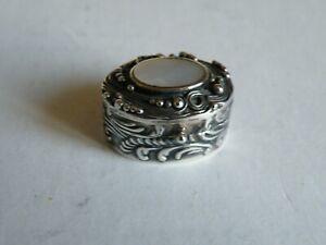 A PRETTY VINTAGE OVAL SILVER PILL BOX WITH MOTHER OF PEARL PANEL TO LID