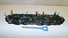 BRITAINS FLORAL GARDENS 4 X PLANTED ROCKERY PIECES AND TOOL (BS706)