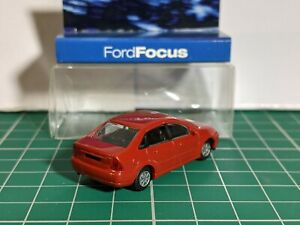 Ford Focus Mk1 Saloon Red 1/87 HO RIETZE Dealer Model