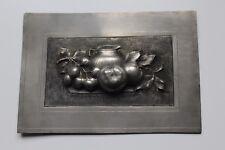 """Décor, plaque en étain ,"""" nature morte aux pommes"""" signée M.Collet 25 cm x 17 cm"""