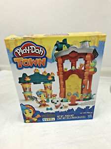 Play-Doh Town Firehouse Hasbro Playset Modeling Compound Firefighter Figure