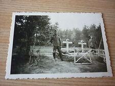 Foto Soldaten vor zwei Gräbern  2 WK