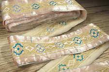 Bordi decorativi di raso rosa con ricamo geometrico
