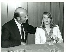 YOUNG JODIE FOSTER WITH NEWSPAPER REPORTER ORIGINAL 1981 TV PRESS PHOTO