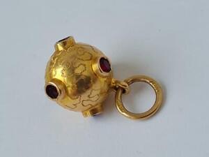 "18 ct / 750 Yellow Gold ""Ball"" Charm/ Pendant / L 1 cm / 2.2 g."