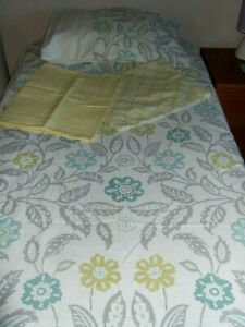 YELLOW REVERSIBLE PRINT KING SIZE DUVET COVER AND 4 PILLOW CASES