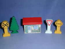 RED ROOF HOUSE SIGNS & TREE Scenery Accessories lot Thomas Wooden Railway NICE