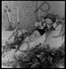 Portrait Post Mortem femme décédée morte lit fleur Ancien négatif photo an. 1940