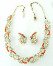 A VINTAGE JEWELCRAFT NECKLACE & CLIP EARRINGS SET WITH ENAMEL, PEARL & CORAL