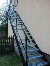 Außentreppe aus Metall, Metalltreppen mit einem Geländer, Stahltreppe