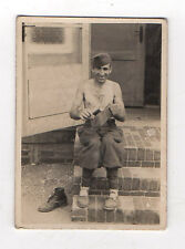 PHOTO ANCIENNE Snapshot Homme Militaire Cirage chaussure Vers 1940