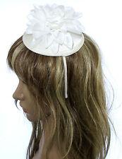 Crema E Bianco Fiore Fascinator con su un cappuccio di JULIET & band, Matrimoni, Gare, Ascot