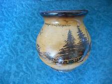 Vase en bois peint avec un chalet dans la foret noire