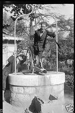 Portrait homme femme sur la margelle d'un puits - ancien négatif photo
