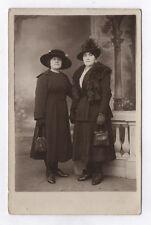 CARTE PHOTO Décor Toile peinte Postcard RPPC 1920 Femme Couple Fourrure Sac Mode