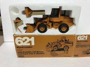 Conrad CASE 621 wheel loader with forks, 4 in 1 bucket + lifting boom 1/35 scale
