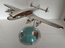 Avion Constellation en aluminium poli sur socle mappemonde agence de voyage