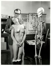 large photo man naked nude girl & skeleton nu squelette foto Akt ca 1960 b