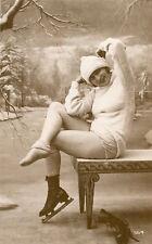 Carte Nu Belle Jeune femme en Bas et culotte façon sports hiver Réédition Stampa