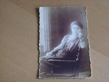 Foto 14k680 belle dame su una sedia circa 9x14cm