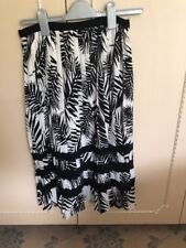 Yumi Pleated Skirt Palm Tree Design Black And White Size 8