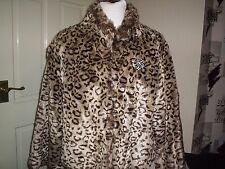 Soirée en fourrure synthétique court Manteau, avec broche. Porté une fois.