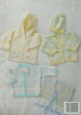 Patrón de ganchillo bebé con capucha chaleco Chaquetas Y Sombrero DK King Cole 3477