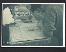 HASPARENN (64) ATELIER d'un ARTISAN GRAVEUR sur BOIS au travail en 1988