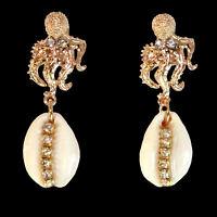 Ohrringe mit kristallbesetzten Kaurimuscheln und oktopusförmigen Oberteilen