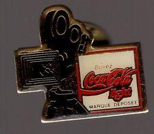 Pin's  Buvez coca cola light / Cinéma - Caméra (époxy)