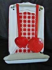 ancien support mural rouge-porte louche-tôle émaillée avec accessoires-cuisine