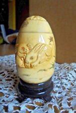 Uovo di manifattura orientale in materiale pregiato lavorato e cesellato a mano