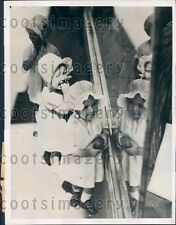 1936 Darling Australian Girls Look Through Window of Toy Store Press Photo