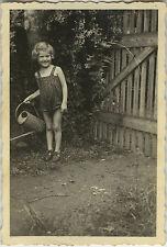 PHOTO ANCIENNE - VINTAGE SNAPSHOT - ENFANT JARDIN JARDINAGE ARROSOIR - GARDEN