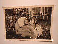 2 kleine Kinder mit Kinderwagen / Foto