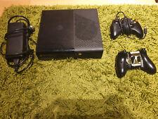 Mircosoft Xbox 360, gebraucht, mit acht Spielen, zwei Controllern,