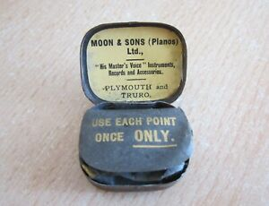 VINTAGE 1930s RUTY TIN OF GRAMAPHONE NEEDLES FROM MOON & SONS, PLYMOUTH & TRURO