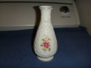 THE CAMEO RIBBON AMHEARST MANOR COLLECTION PORCELAIN BUD VASE