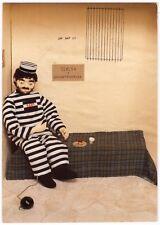 """AK Puppenkarte, Puppen, Puppenstube / Puppe als """"Sträfling"""" mit Kette und Kugel"""