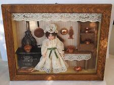 Puppenküche, Puppe im Schaukasten / Puppenbild