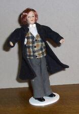 Puppenstubenpuppe Mann mit rötlichen Haaren , mit Weste u. Mantel bekleidet