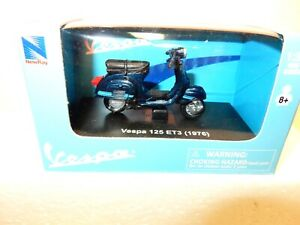 New Ray 1:32 die cast Scale 1976 Vespa 125 ET3  Scooter - Mint w Box-Nice detail