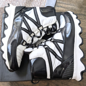 NEW IN BOX SOREL Kinetic Waterproof Sport Boot Bootie 9.5 SOLD OUT White/Black