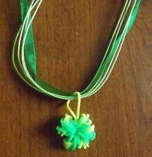 collier organza vert 43 cm avec pendentif fleur vert et jaune