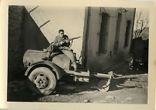 PHOTO ANCIENNE - VINTAGE SNAPSHOT - MILITAIRE CITERNE FUSIL GAG - MILITARY GUN