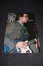 ELVIS COSTELLO signed Autogramm auf 18x27 cm Zeitungsfoto InPerson LOOK